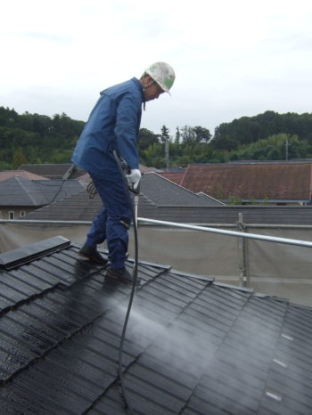 I様邸の屋根の高圧洗浄の様子