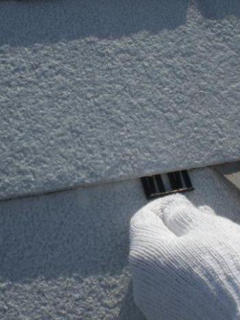 我孫子市B様邸の屋根にタスペーサーを挿入している様子