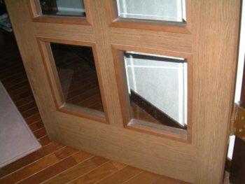 ペットドアを取り付けするガラスドアの様子