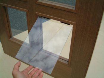 ガラスを外したところにアクリル板を取り付けしたところ