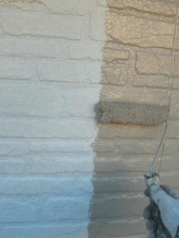守谷市O様邸の外壁の中塗りの様子