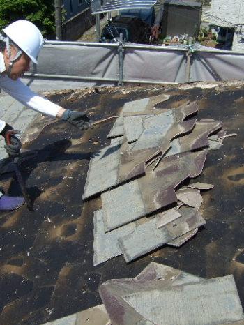 K様邸の既存コロニアル屋根を剥がしている様子