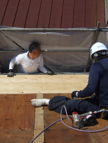K様邸の屋根の野地板を重ね貼りしている様子