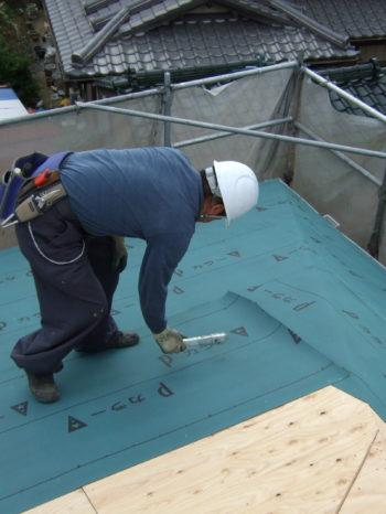 K様邸の屋根のルーフィングを敷いている様子