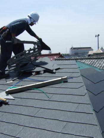 K様邸のコロニアル屋根材を加工している様子