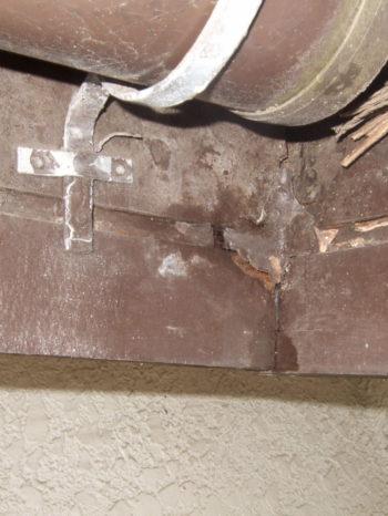 柏市M様邸の雨漏りにより腐食している破風板の様子