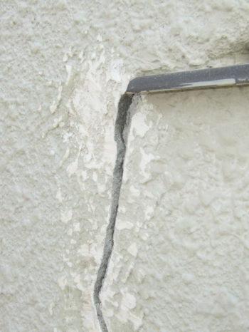 柏市T様邸の外壁ひび割れ補修の様子
