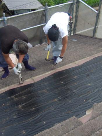 柏市M様邸の既存の屋根材を撤去している様子