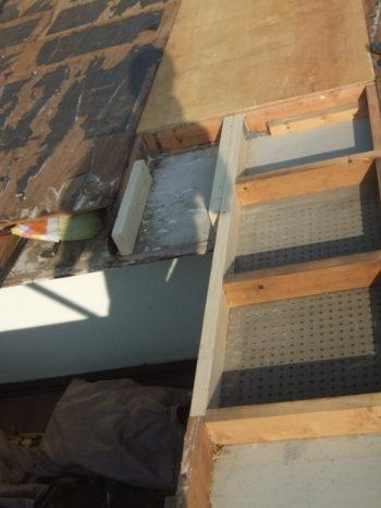 柏市M様邸の屋根の野地板を貼り替えしている様子