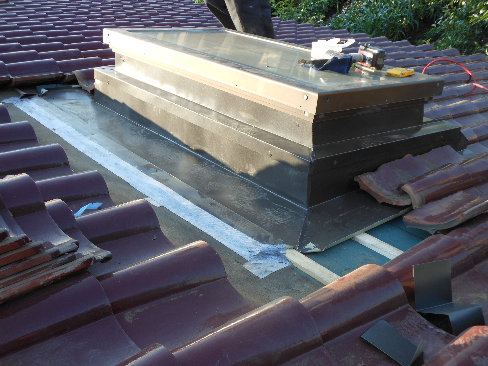 柏市N様邸の屋根の天窓修理の様子