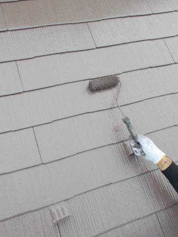 柏市S様邸の屋根上塗りの様子