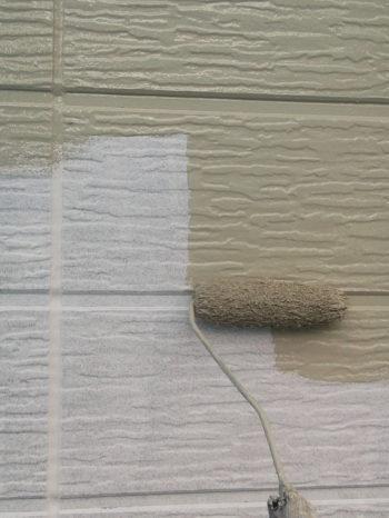 柏市B様邸の外壁の中塗りの様子