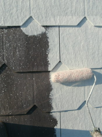 守谷市O様邸の屋根の下塗りの様子
