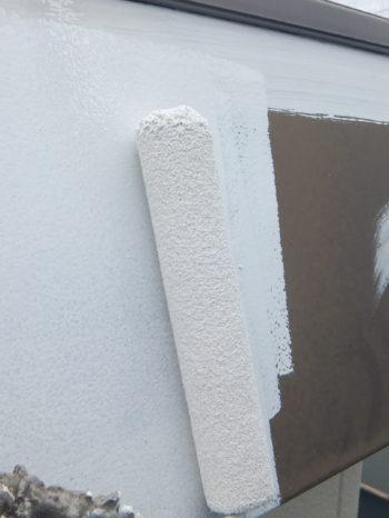 柏市N様邸の庇金物の錆止め塗装の様子