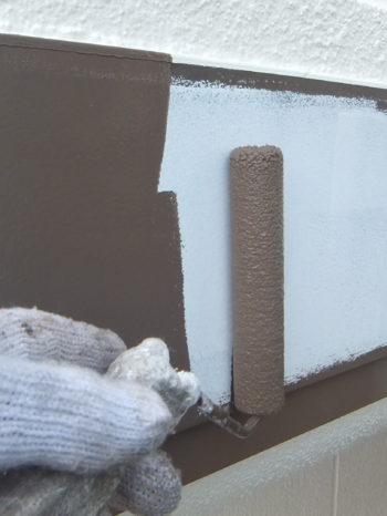 柏市N様邸の庇金物の上塗り1回目の様子