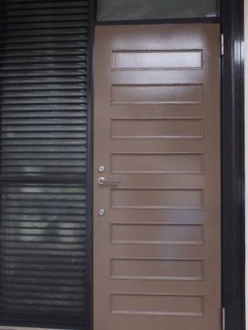 柏市N様邸の玄関ドア塗装後の様子