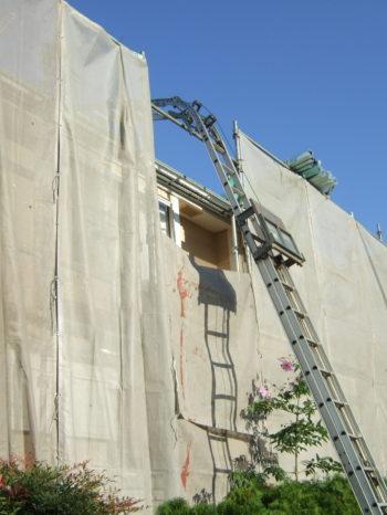 K様邸の屋根材を梯子で上げている様子