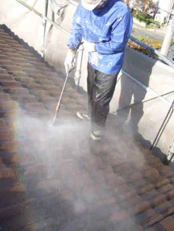 柏市M様邸の屋根の高圧洗浄の様子