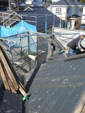 守谷市Y様邸の屋根カバー工法の様子