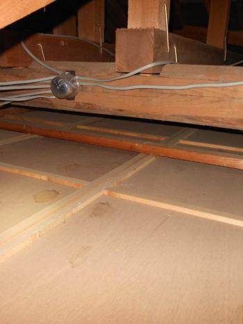 柏市T様邸の天井断熱材を敷き込みする前の様子