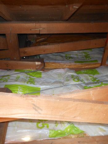 柏市T様邸の天井断熱材を敷き込みした後の様子