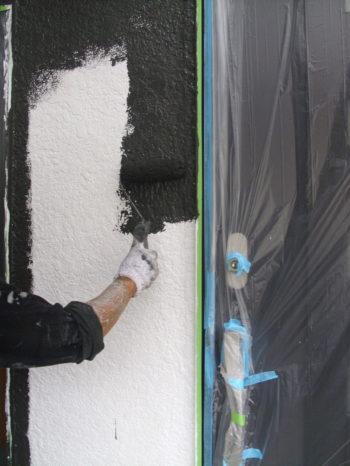 柏市M様邸の外壁の中塗りの様子