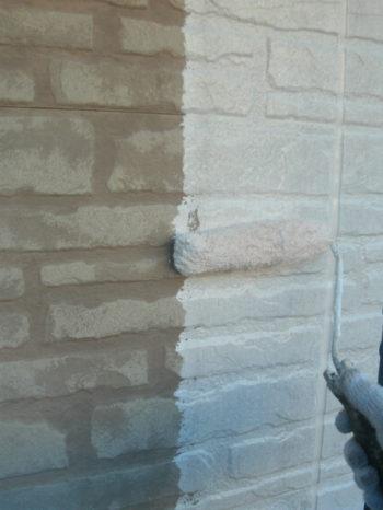 守谷市O様邸の外壁の下塗りの様子
