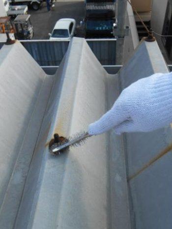 三郷市倉庫の折半屋根ボルトのケレン