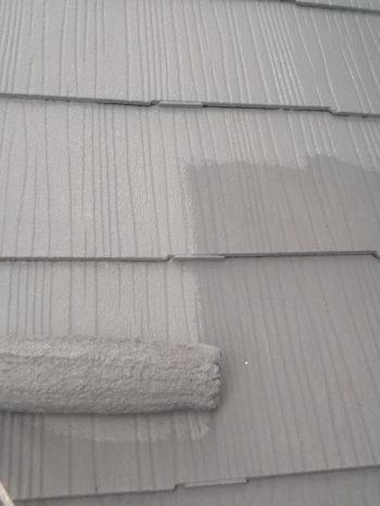 柏市B様邸の屋根のガイナでの上塗りの様子