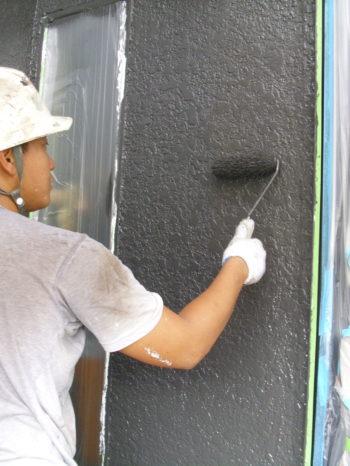 柏市M様邸の外壁の上塗りの様子