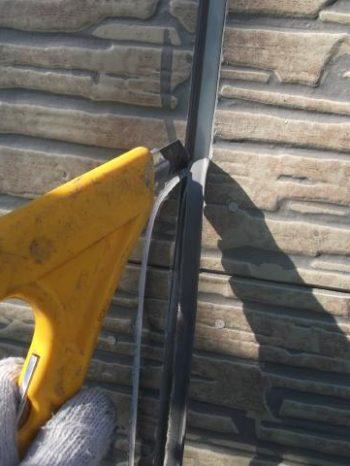 我孫子市K様邸の外壁サイディング目地シーリングを撤去している様子