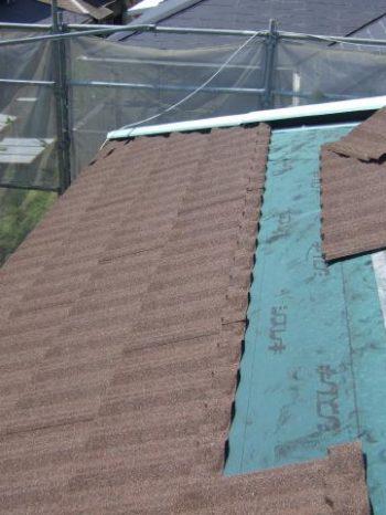 柏市K様邸の屋根材を軒先から葺きます