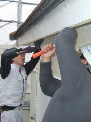 柏市K様邸木製の破風板にガルバリウム鋼板を加工して取り付けしている様子
