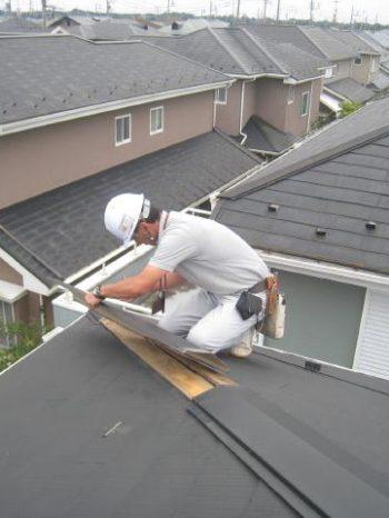 取手市K様邸の屋根棟板金の補修をしている様子