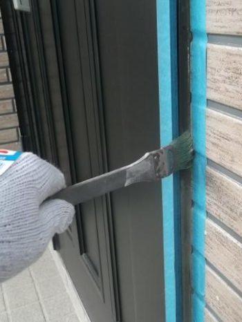 我孫子市K様邸の外壁目地にプライマーを塗布している様子