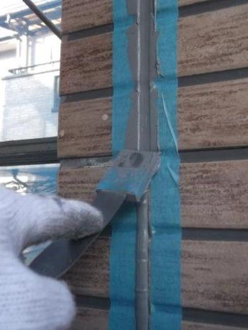 我孫子市K様邸の外壁目地シーリング材を均している様子
