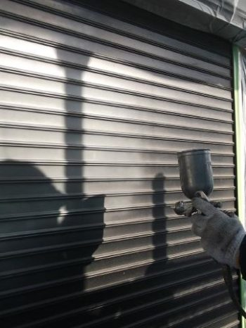 我孫子市K様邸のシャッター錆止め塗装の様子