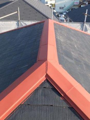 柏市M様邸の屋根棟板金の錆止め塗装の様子