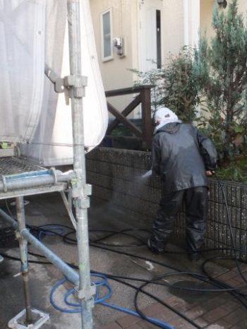 柏市M様邸の駐車場土間の洗浄の様子