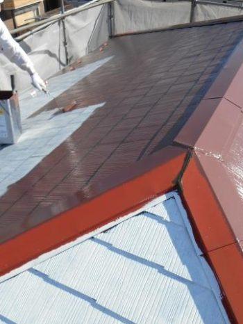 柏市M様邸の屋根中塗りの様子