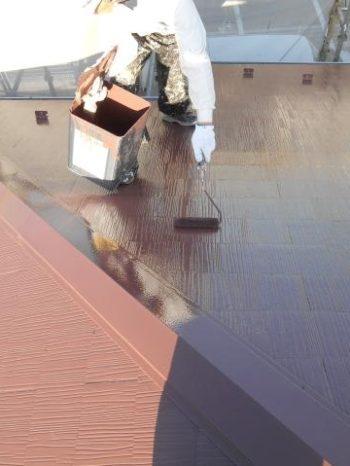 柏市M様邸の屋根上塗りの様子