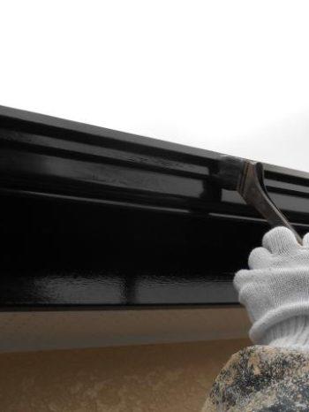 柏市M様邸の雨樋塗装の様子