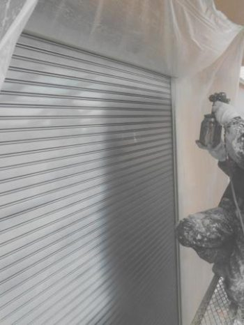 柏市M様邸のシャッター錆止め吹き付け塗装の様子