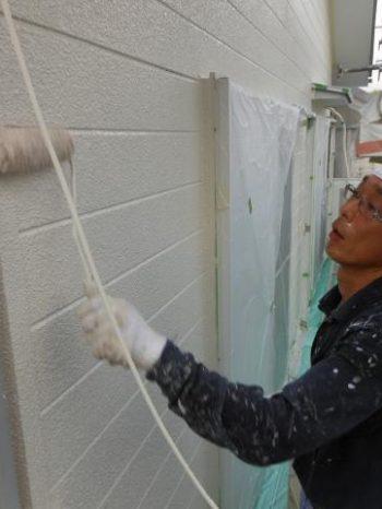 守谷市M様邸の外壁中塗りの様子