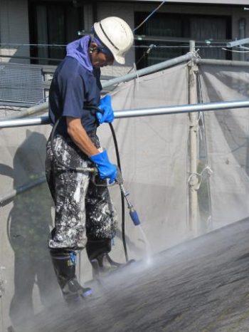 守谷市M様邸の屋根の高圧洗浄の様子