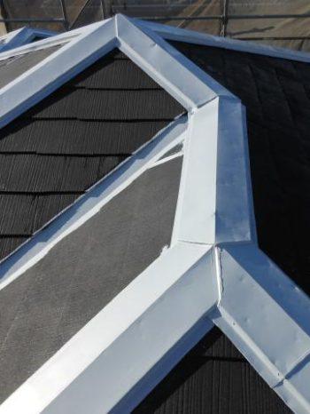 取手市O様邸の屋根の棟板金錆止め塗装の様子