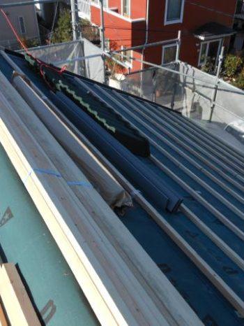 鎌ケ谷市S様邸の屋根に瓦桟を取り付けしている様子