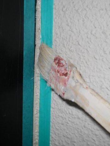 鎌ケ谷市S様邸の窓まわりにプライマー塗布している様子