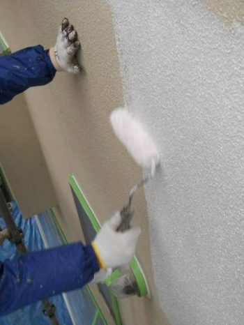 鎌ケ谷市S様邸の外壁の下塗りの様子