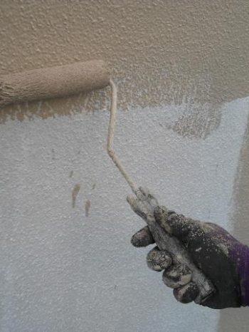 鎌ケ谷市S様邸の外壁の中塗りの様子